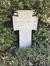 белое надгробие с именем Гельмута Поста и датируется 13 июня 1918 г., 7 октября 1944 г.