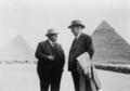 George Andrew Reisner (à gauche) et Georg Steindorff (à droite) devant les pyramides de Khéops et de Khéphren à Gizeh, en 1935.png