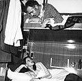 HUA-152195-Afbeelding van reizigers in de couchette van een ligrijtuig.jpg
