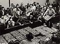 Handelaren op de veiling om de eerste aardbeien te keuren en te kopen (5 juni). Vanaf 1960 was de aardbeienveiling in de Parallelweg. Identificatienummer 54-004368, NL-HlmNHA 54004368.JPG