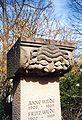 Heilbronn-Neuer Friedhof-Grabstein Anne und Fritz Wilde - Stein vom alten Theater.jpg