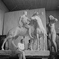 Helsingin Olympialaiset 1952. XV Olympia-taidenäyttely Taidehallissa. Wäinö Aaltosen patsas Kun ystävyys solmitaan kipsiluonnos 1941.jpg