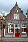 foto van Huis met gevel met in- en uitgezwenkte zijkanten, top- en hoekpilasters op zandstenen consoles en bakstenen tandlijst (Telvorenshuis)