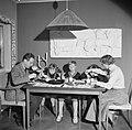 Het gezin zittend aan de eettafel met de avondmaaltijd, Bestanddeelnr 252-8767.jpg