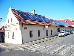 Impianti fotovoltaici installati sui tetti delle case per la produzione di energia elettrica dall'energia fornita dal Sole.