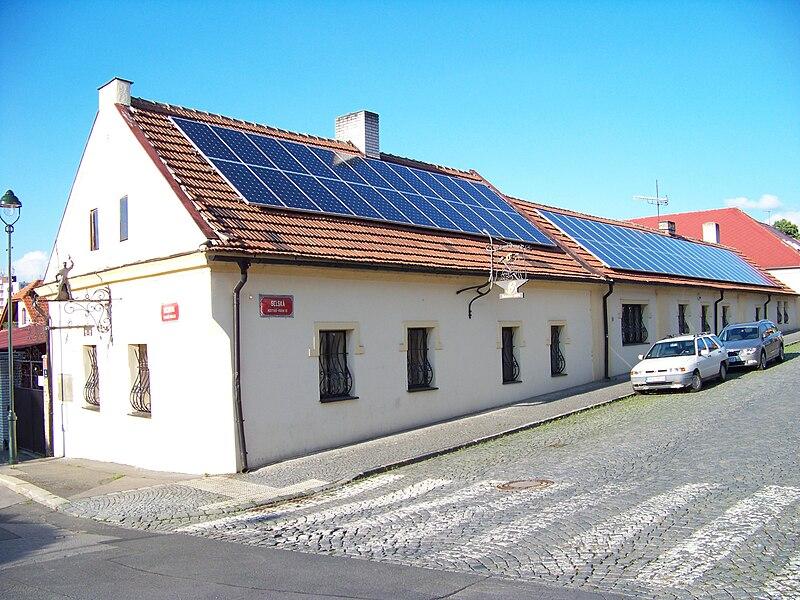 Kolektory Słoneczne zamontowane na spadzistym dachu