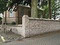 IJzendijke bakstenen muur van wisselende hoogte om kerkhof nabij Kerkstraat 2.jpg