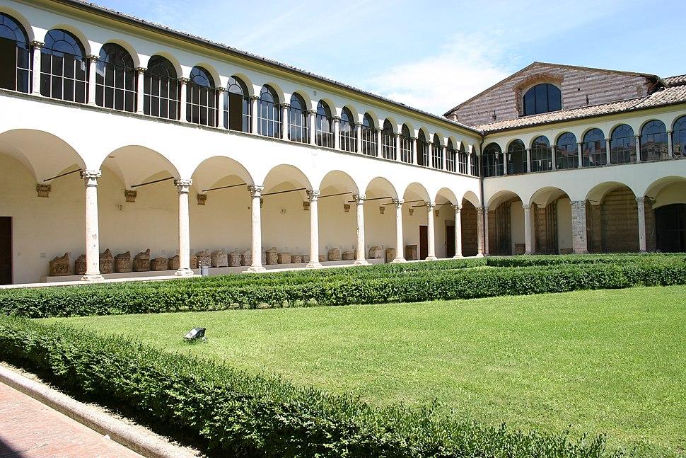 IMG 1066 - Perugia - Museo archeologico - Chiostro - 7 ago 2006 - Foto G. Dall'Orto