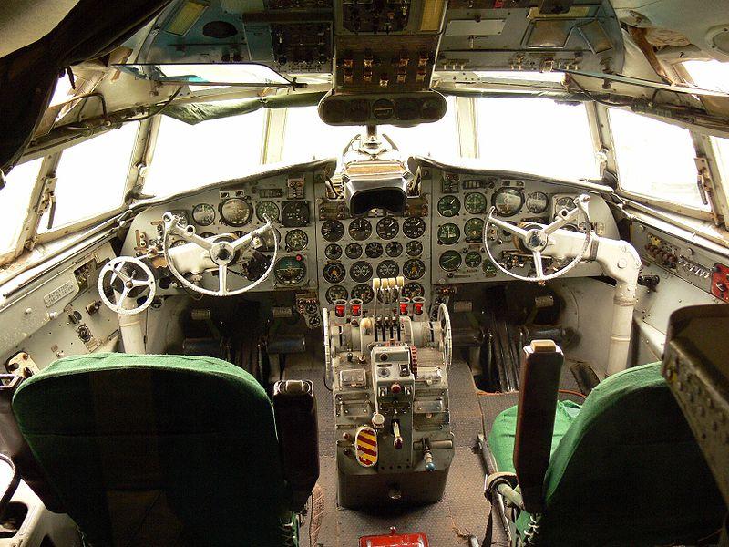 Iljušin Il-18 800px-Il-18_cockpit_-_Malev_Hungarian_Airlines