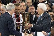 Chiellini, nell'occasione capitano della Juventus, riceve dal presidente della Repubblica Sergio Mattarella il trofeo della Coppa Italia 2015-2016.
