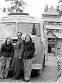 Két nő és egy férfi áll egy busz előtt 1952-ben. Fortepan 7284.jpg