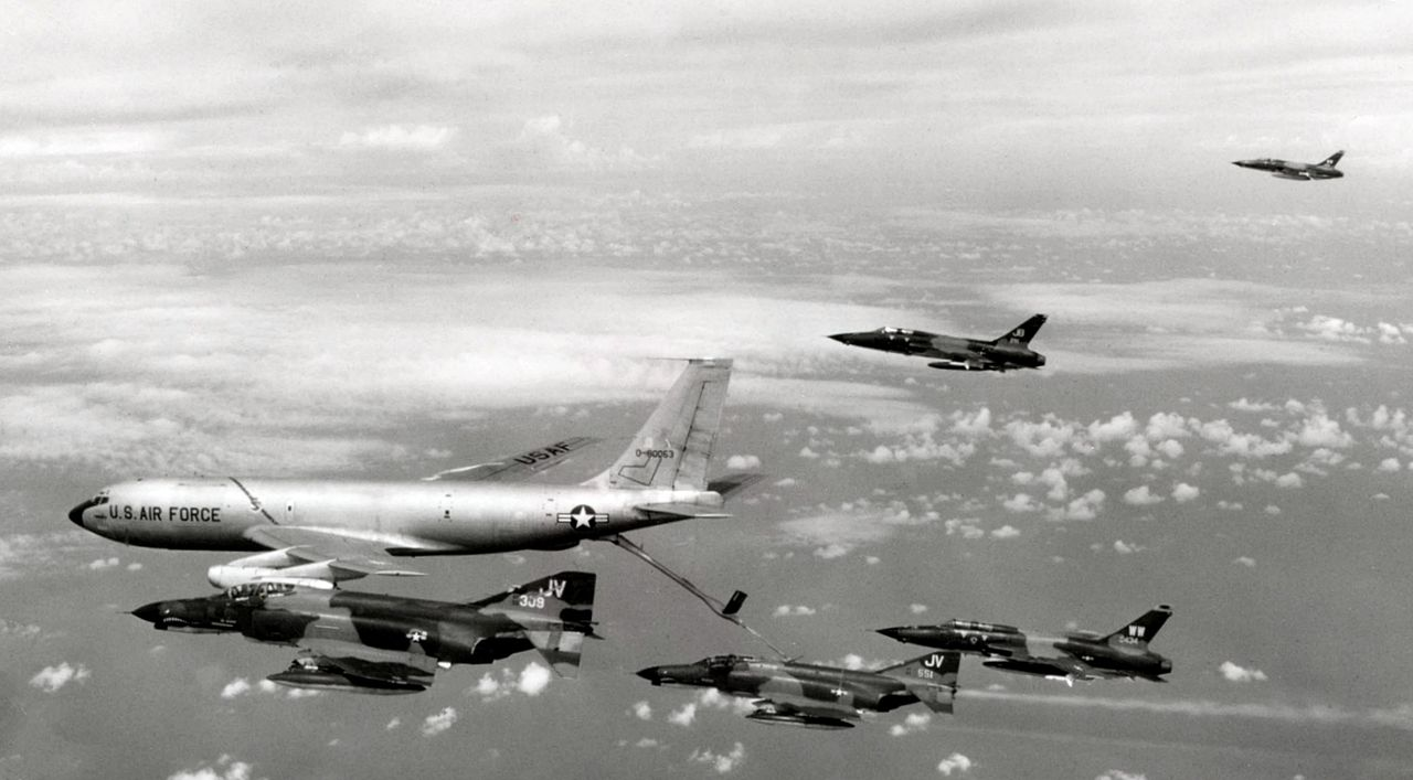 Sujoi Su-30 MK2 - Página 26 1280px-KC-135A_refueling_Wild_Weasel_team_Oct_1972