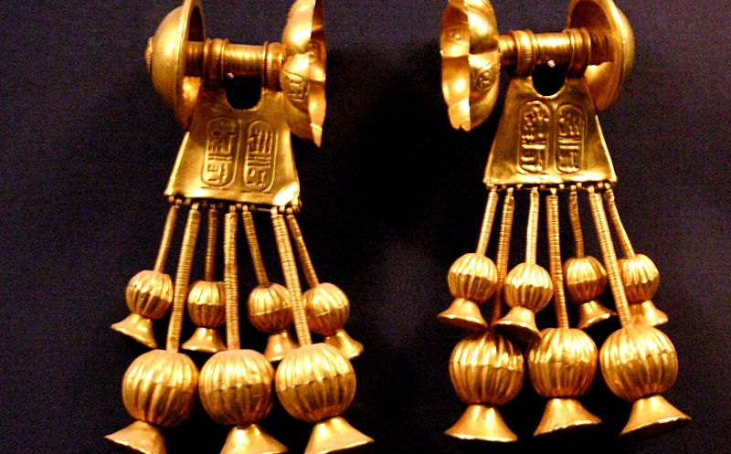 File:KV56 Seti II gold earrings.jpg