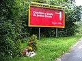 K Červenému dvoru, pomníček a billboard.jpg