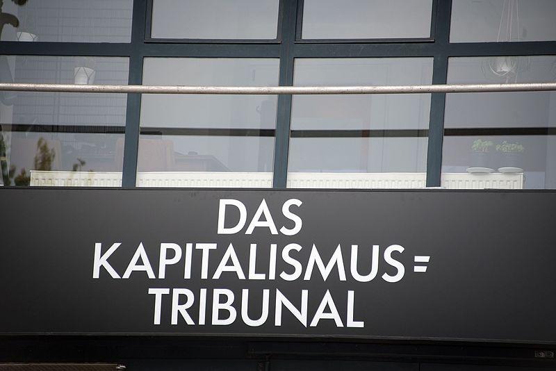 File:Kapitalismustribunal 1221-Michelides.jpg