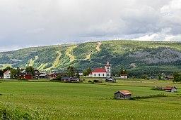 Udsigt over Klövsjö med skikasserne i baggrunden.