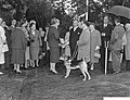 Koningin Juliana in gesprek met , Bestanddeelnr 911-6206.jpg