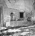 Korito iz kamna (en kos), pred hišo, pri Graparju, Dolenji Novaki 1954.jpg