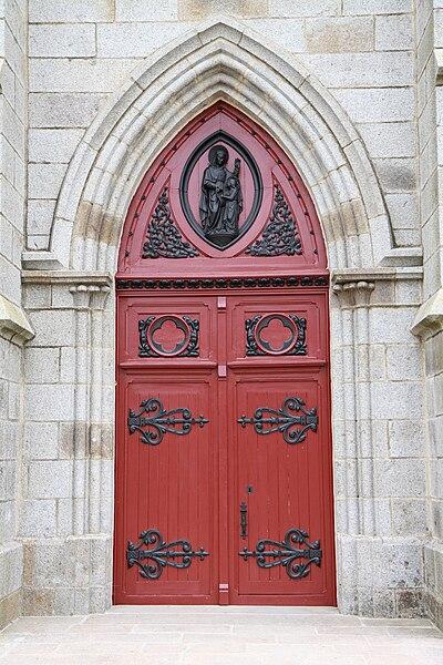 Porte de l'église de Buais dans la Manche.