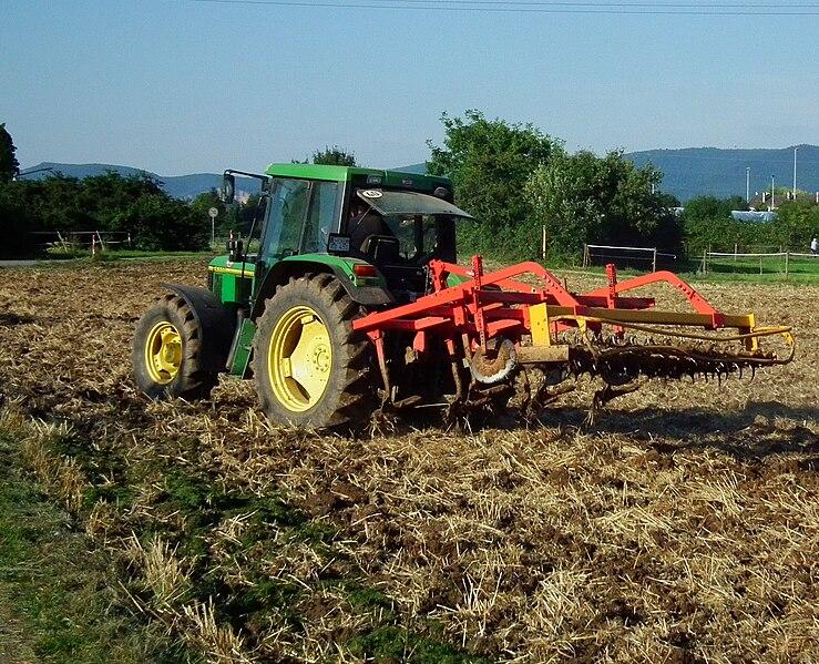 File:Landmaschinen grün und rot.JPG