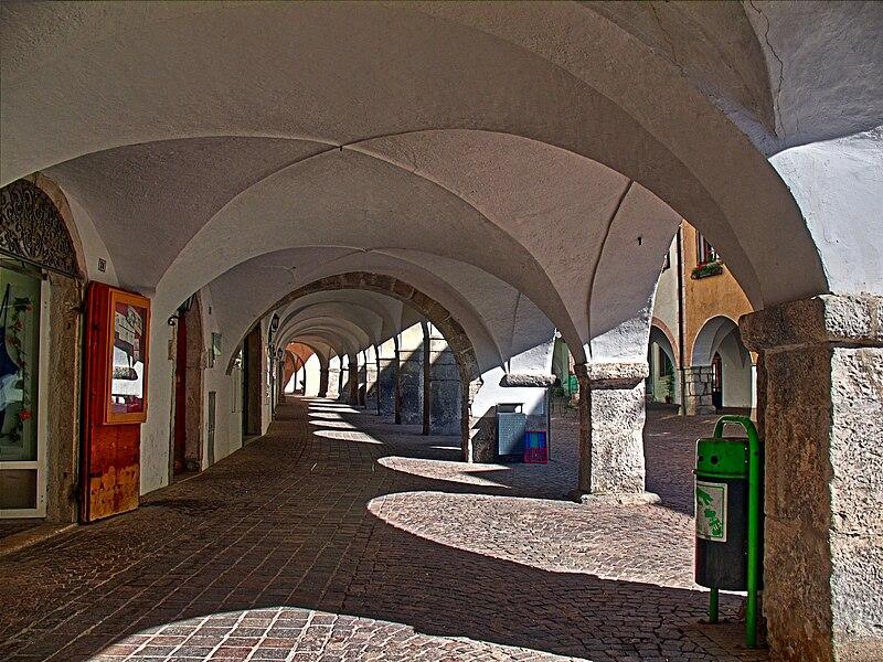 File:Laubengänge in Neumarkt.jpg
