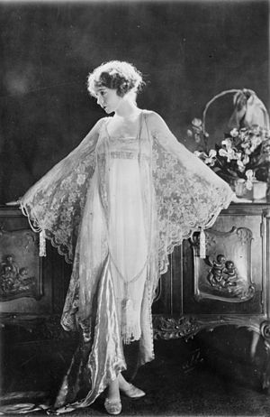Chiffon (fabric) - The American actress Lillian Gish in morning dress in chiffon and lace in 1922