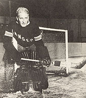 Photo de Lester Patrick qui pose devant un but de hockey.