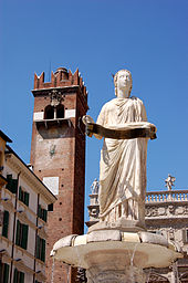 La statua di Madonna Verona con il piedistallo portante la frase Marmorei Verona