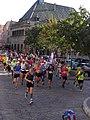 Marathon de Colmar 2018 - Coureurs devant le Koïfhus (2).jpg