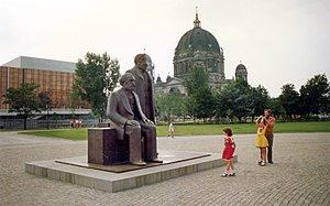 Marx-Engels Forum - Marx-Engels-Forum in 1986. In the background Palast der Republik and the Berliner Dom.