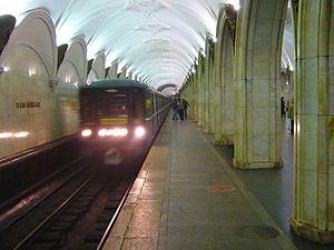 Paveletskaya (Zamoskvoretskaya Line) - Incoming train on the platform