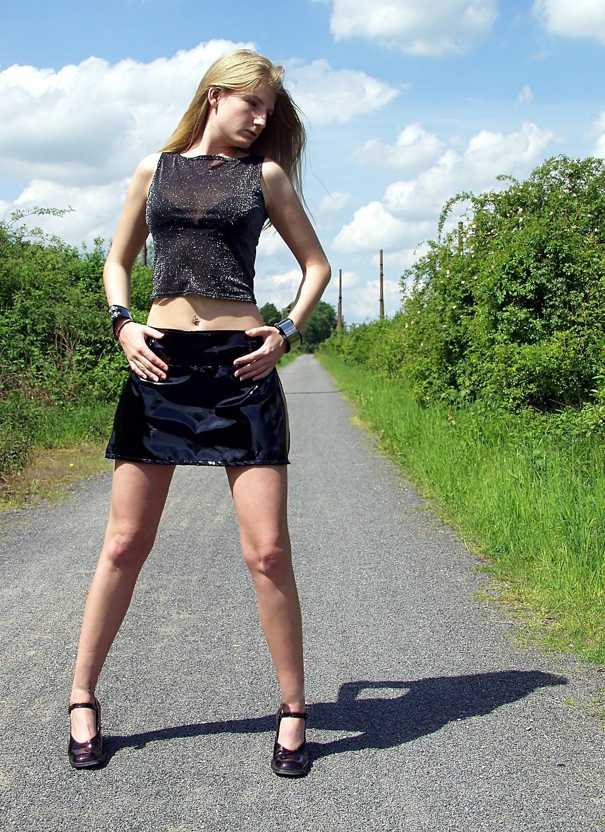 Fesses nues filles dans la rue