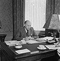 Minister-president Schermerhorn aan zijn bureau Hij eet een broodje, Bestanddeelnr 900-8195.jpg
