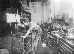 Scientific management - A machinist at the Tabor Company, a firm where Frederick Taylor's consultancy was applied to practice, about 1905