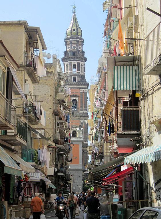 Campanile de San Maria del Carmine Maggiore depuis la rue Lavinaio. Photo de Luca Aless.