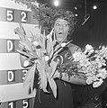 Nationaal Songfestival 1966. Milly Scott wint, Milly bij het scorebord, Bestanddeelnr 918-7505.jpg