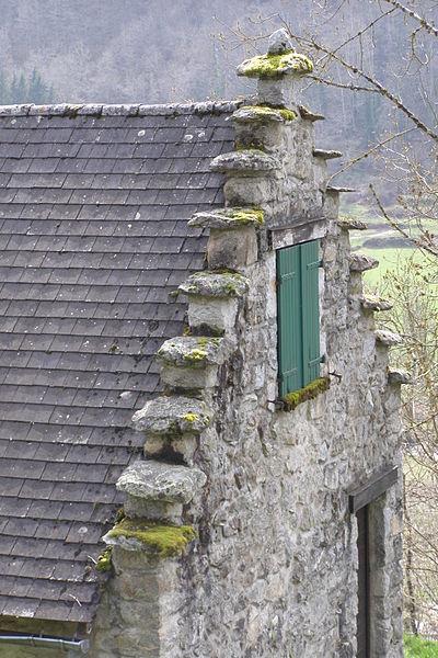 """Surmonté de pierres plates, c'est un pignon typique à """"pas d'oiseau"""" - Couserans - Ariège"""