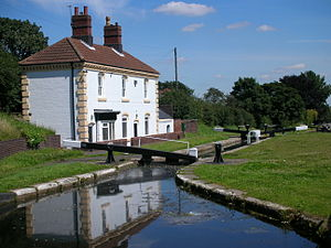 Tame Valley Canal - Perry Barr top lock and keepers cottage No 86