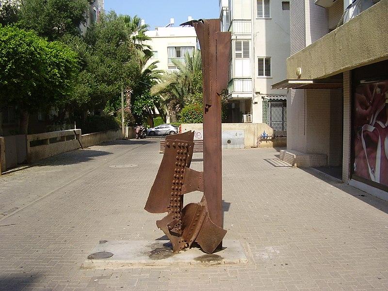 פסל של יחיאל שמי בתל אביב