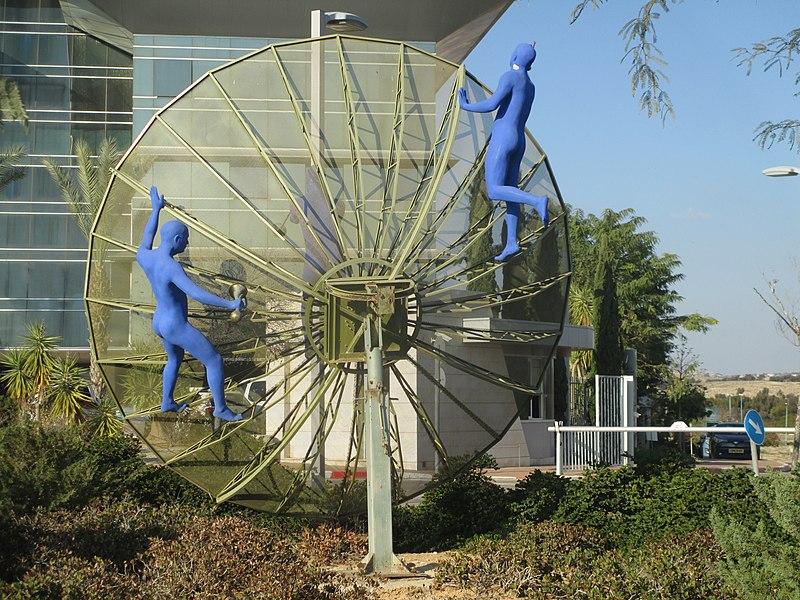 פסל צלחת תקשורת של יעל צימבליסטה
