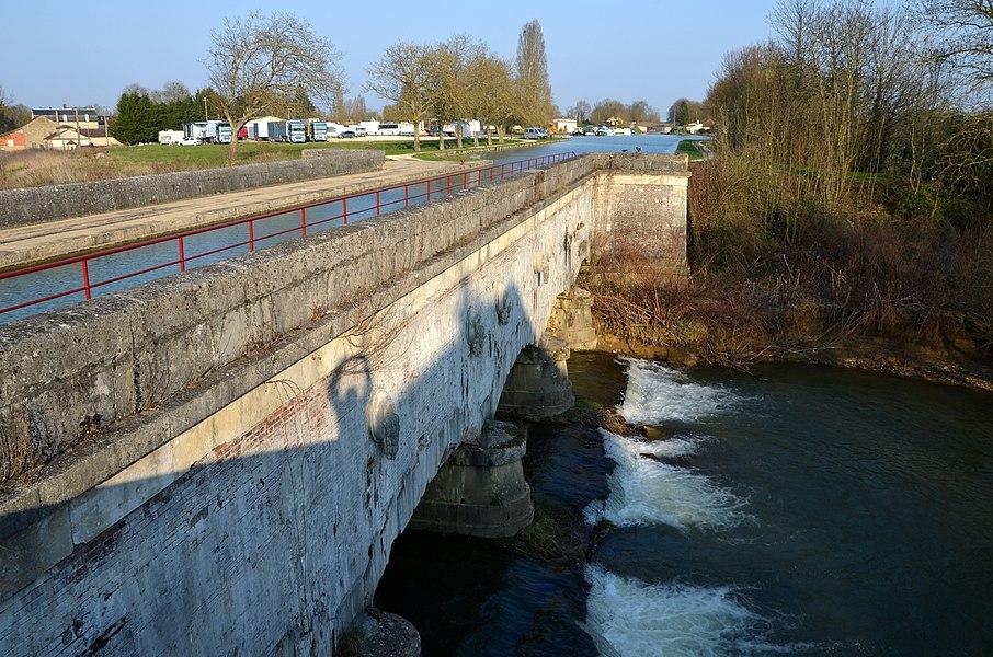 Canal de Bourgogne: Pont-canal sur l'Armance, Saint-Florentin, Bourgogne, France.