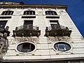 Praha hlavní nádraží, Fantova budova, z Wilsonovy ulice, balkóny severního křídla.jpg