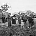 Prinses Juliana en prins Bernhard wachten op de aankomst van de Dakota met de an, Bestanddeelnr 900-6111.jpg