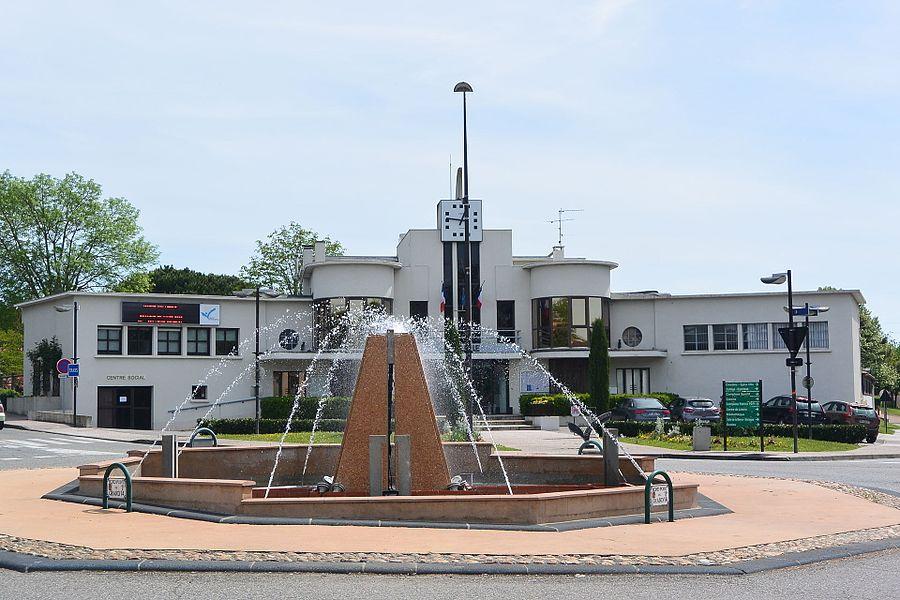 Mairie de Quint-Fonsegrives (31130) derrière la fontaine du rond-point du grand 14