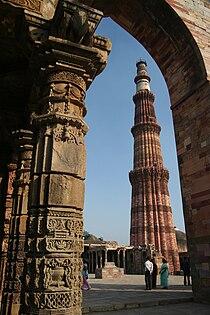 Qutb Minar from the Quwwuatul ul-Islam mosque, Qutb complex.jpg