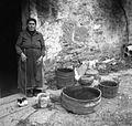 """Razne posode pred hišo in zraven gospodinja """"pr Jerišetov"""", Socerb 1949.jpg"""
