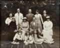 Rei D. Manuel II, D. Augusta Victória de Hohenzollern-Sigmaringen e outras personalidades.png