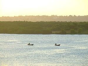 Rio com mangue ao fundo na altura da Zona Norte de Natal.