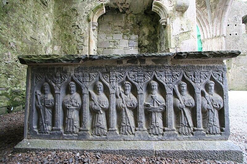 Archivo:Rock of Cashel tomb01.jpg