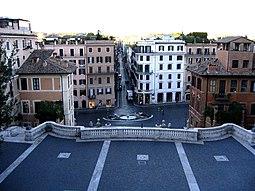 La plaza vista desde lo alto de la escalinata